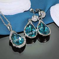 Комплект в стильном дизайне: Кулон с цепочкой, серьги с голубыми и белыми австрийскими кристаллами (601901)