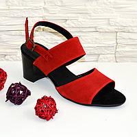 Женские замшевые красные босоножки на невысоком устойчивом каблуке.
