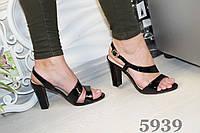 Босоножки черные лаковые на каблуке