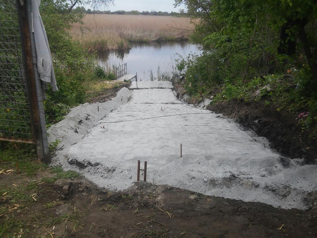 Планирование отсева, выравнивание, позволяющее регламентировать толщину бетона - 100 мм.