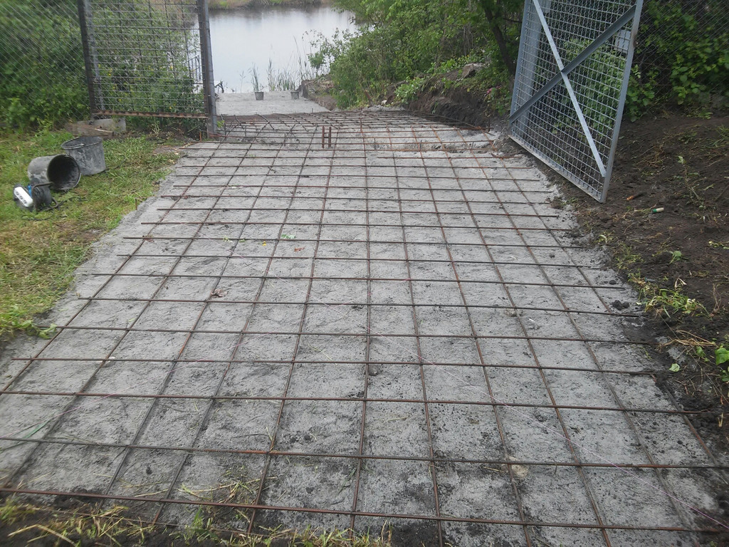 К этому месту смог подъехать миксер с бетоном.