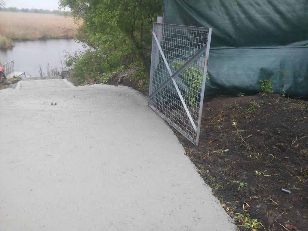 Устройство бетонной дороги для спуска лодки на воду