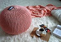 Пуфик интерьерный декоративный бескаркасный вязаный спицами персиковый.