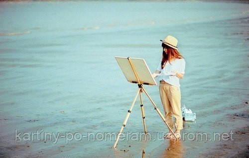 художник с мольбертом рисует море