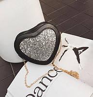 Черная маленькая сумочка в виде сердечка