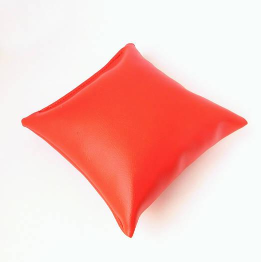 Подушка маленькая для браслета, цепочки, часов, размер 8*9 см, красный кожзам