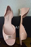 Кожаные лаковые босоножки Chanel,  Шанель,  бежевого белого цвета, пудра цвет, балетки, жемчуг