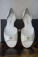 Кожаные лаковые босоножки Chanel,  Шанель,  белого цвета,  балетки, жемчуг