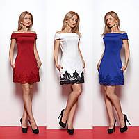 Приталенное летнее платье с открытыми плечами и кружевом