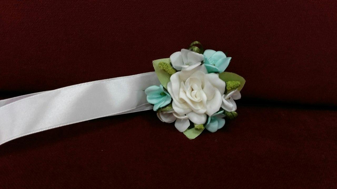 Бутоньерка на руку бежевая с мятным (цветочный браслет)