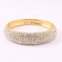 Браслет на руку золотистого цвета декорирован мелкими камнями