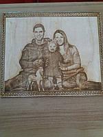 Свадебный подарок на годовщину для всей семьи оригинальный портрет на дереве с выжиганием по фотографии