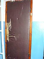 Обивка истрёпанной двери.