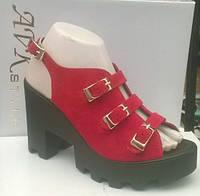 Босоножки красные на каблуке и тракторной подошве  натуральная замша 3 застежки