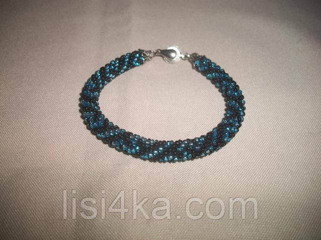 Узорный черно-голубой браслет-жгут из бисера с греческим рисунком