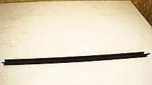 Уплотнительная резинка стекла Рено Меган 2. Передняя/Левая (внутри). 7701474537. Б.У