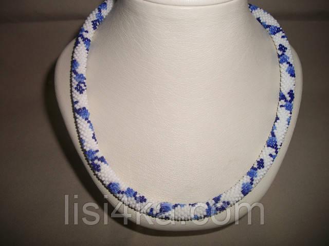 Вязаный из бисера узорный жгут колье с синими цветами на белом фоне