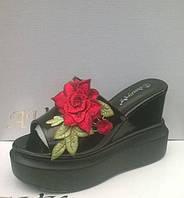 Шлепки женские черные на высокой танкетке цветок