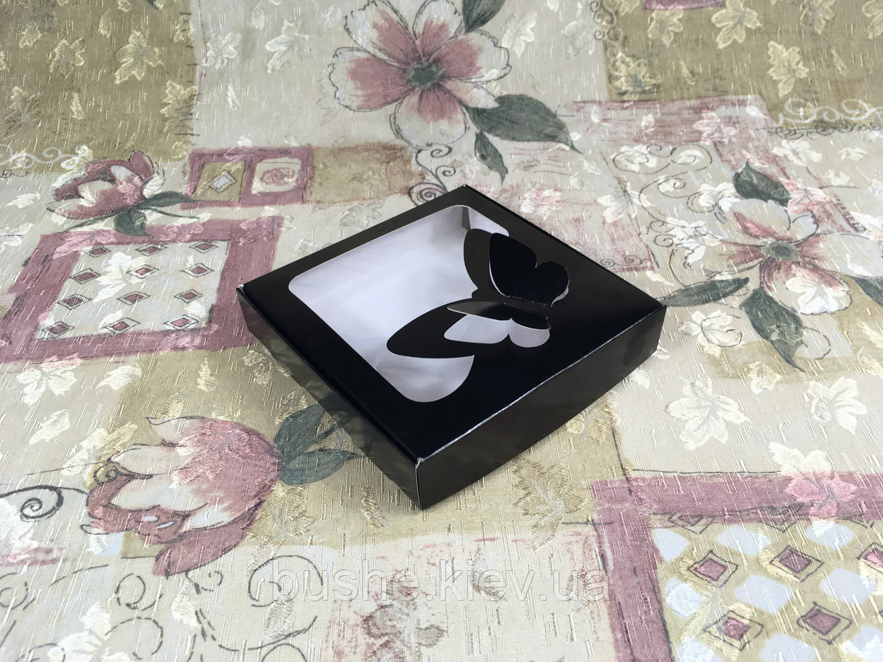 Коробка для пряников / 150х150х30 мм / печать-Черн / окно-Бабочка / лк