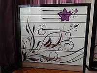 Комод с абстрактным рисунком цветка