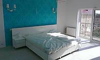 Кровать с прикроватными тумбами