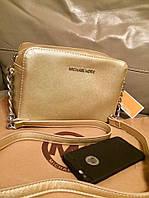 Женская сумка MKORS квадратная размер 24*17 см ремешок с цепочкой, материал эко кожа. Цвет золото