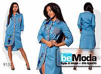 Красивое женское джинсовое платье рубашечного кроя с вышивкой голубое