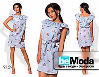 Милое женское платье в тонкую полоску с воланом на плечах голубое
