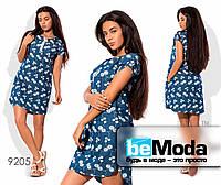 Эффектное женское джинсовое платье оригинального кроя с цветочным принтом синее