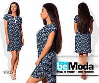 Эффектное женское джинсовое платье оригинального кроя с цветочным принтом темно-синее