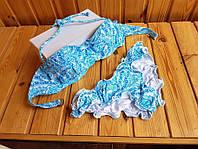 Бело-голубой купальник бандо с рюшиками VS