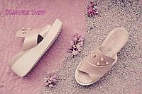 Женские шлепки бледно-розовые с жемчугом  на белой платформе натуральная кожа