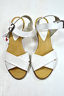 Белые босоножки на низком каблуке Donna Italia