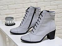 Ботинки серого цвета из натуральной кожи  со шнуровкой на устойчивом каблуке