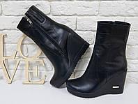 Ботинки из натуральной кожи черного цвета на танкетке