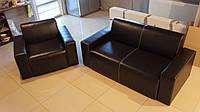 Комплект мягкой мебели для кабинета руководителя - диван и кресло с подлокотниками.