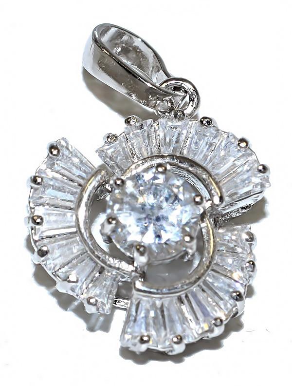 Кулон женский. Камень: белый циркон. Цвет металла: серебряный. Высота: 2,5 см. Ширина:15 мм.