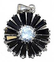 Кулон женский. Камень: белый и чёрный циркон. Цвет металла: серебряный. Высота: 3 см. Ширина:20 мм.