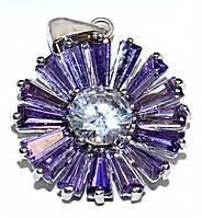 Кулон женский. Камень: белый и сиреневый циркон. Цвет металла: серебряный. Высота: 3 см. Ширина:20 мм.
