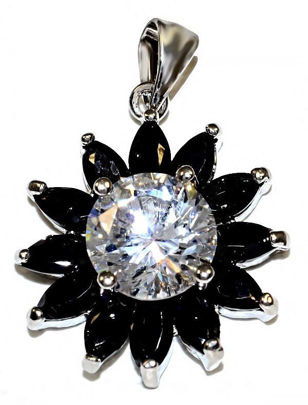 Кулон женский. Камень: белый и чёрный циркон. Цвет металла: серебряный. Высота: 2,5 см. Ширина:20 мм.