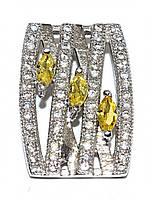 Кулон женский. Камень: белый и жёлтый  циркон. Цвет металла: серебряный. Высота: 1,7 см. Ширина: 11 мм.