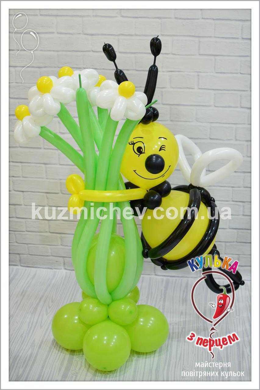Пчелка с букетом из ромашек