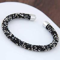 Жесткий браслет усыпан серебряно-черными камнями