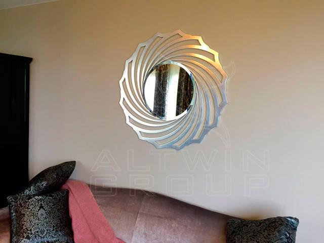 Настенное зеркало в круглой серебряной раме. Киев.