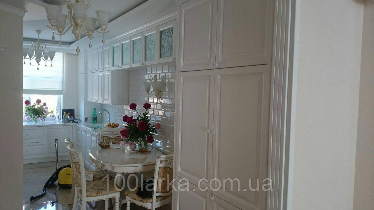 Кухня из дерева белая, фасады деревянные ясень.