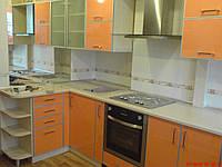 Оранжевая кухня в алюминиевом профиле