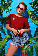 Яркая бордовая женская футболка с нашивкой колибри