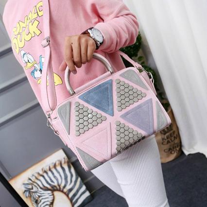 Стильная женская сумка с заклепками