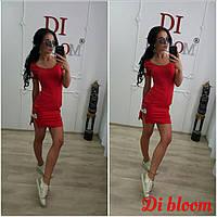 Короткое красное платье с разрезом сбоку