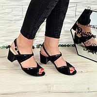 Женские черные босоножки на устойчивом каблуке, натуральная замша и лаковая кожа.